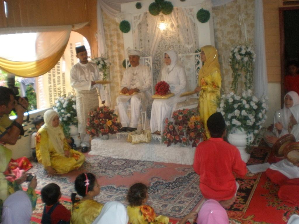 Selamat pengantin baru buat ucu yang melangsungkan perkahwinan seminggu lps raya. Baraakallahu lakuma, wa jama'a lakuma bikhair!